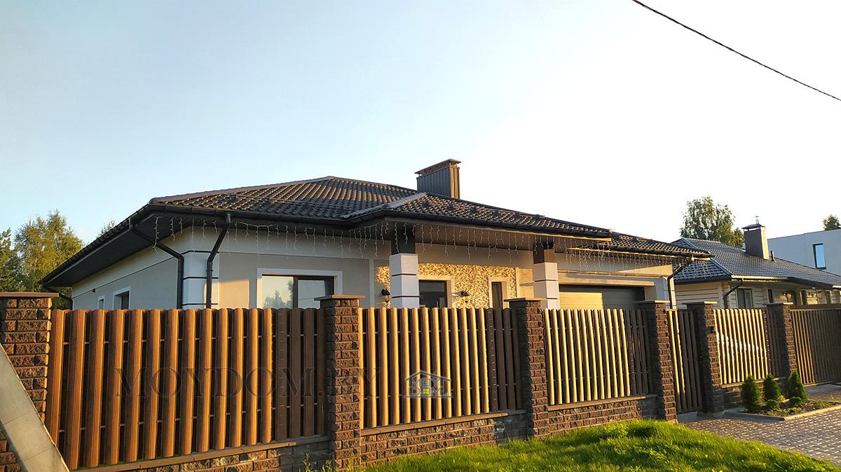 фото главного фасада одноэтажного дома 117 вид сбоку