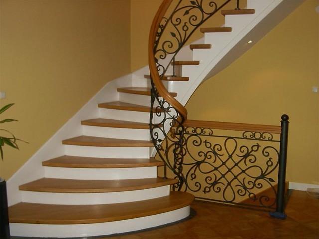 лестница в двухэтажном доме
